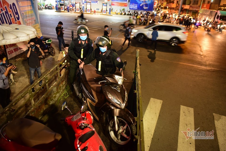 CSGT 'mỏi tay' ghi phiếu phạt, người vi phạm đứng tràn ngã tư Sài Gòn