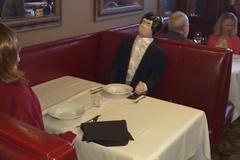 Nhà hàng sử dụng búp bê thay thế thực khách