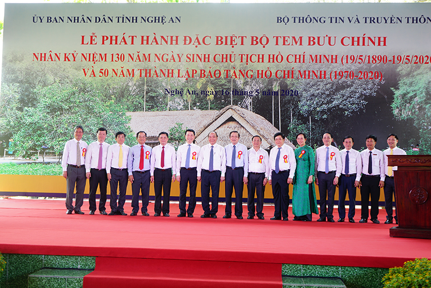 Thủ tướng kí phát hành bộ tem Kỉ niệm 130 năm ngày sinh Chủ tịch Hồ Chí Minh