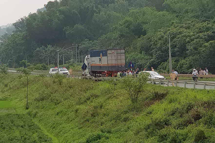 Xe container đâm liên hoàn trên quốc lộ 1A, 1 người chết tại chỗ