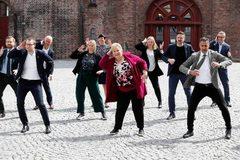 Thủ tướng và các bộ trưởng Na Uy nhảy múa tưng bừng mừng ngày Quốc khánh