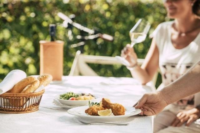Nhà hàng gây bất bình khi phụ thu thêm phụ phí Covid-19