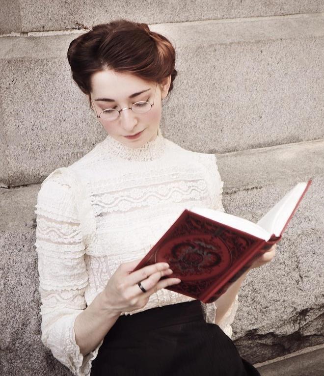 Cô gái tự may trang phục, trang điểm và nói chuyện y như thời Trung cổ