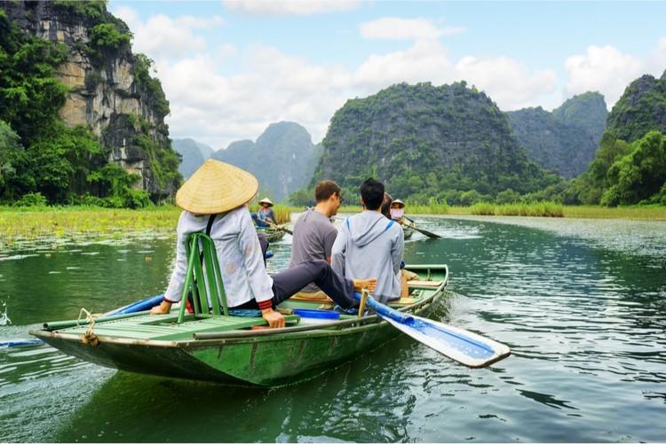 Dồn dập giảm giá, 'bữa tiệc' tour rẻ gọi khách du lịch lên đường