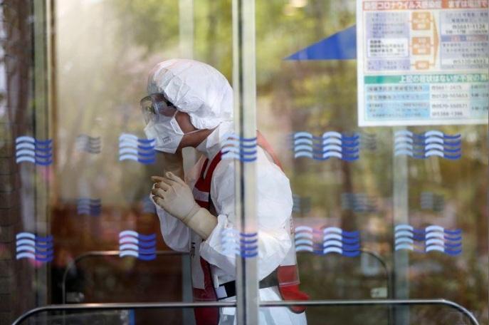 Thiếu trang bị y tế phòng Covid-19, bác sĩ Nhật dùng khẩu trang tới hỏng mới bỏ
