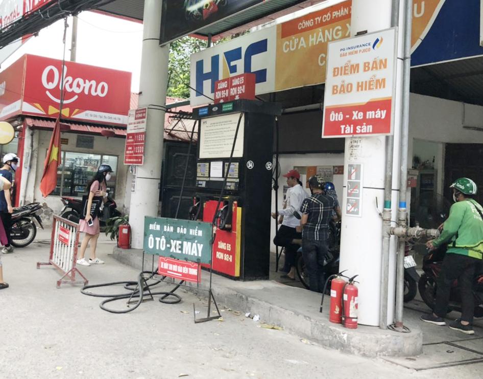 Sợ bị kiểm tra, người dân đổ xô đi mua bảo hiểm xe máy