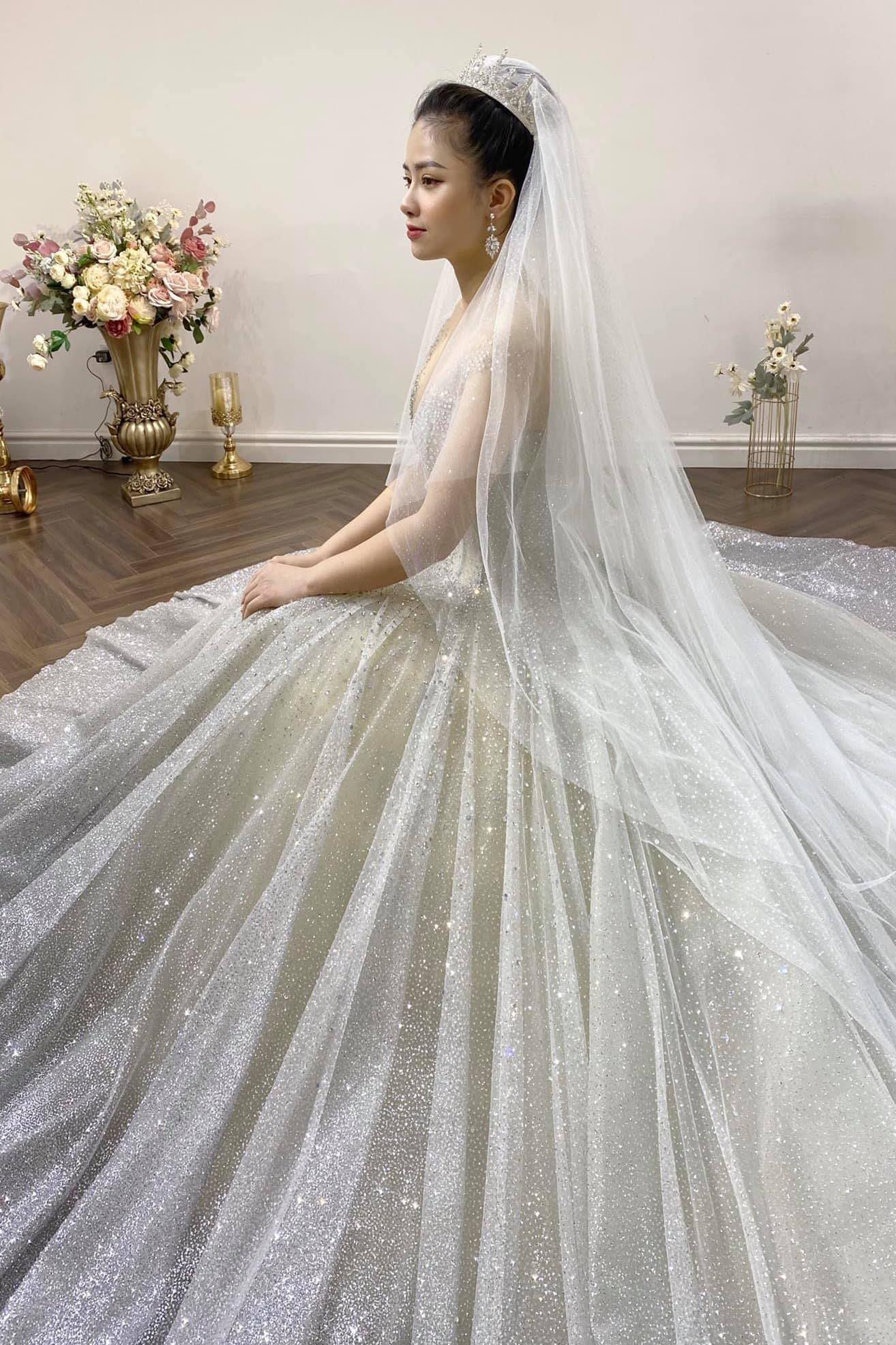 Dương Hoàng Yến gây bất ngờ với ảnh mặc váy cưới lộng lẫy