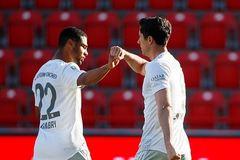 Lewandowski giúp Bayern tái lập khoảng cách 4 điểm với Dortmund