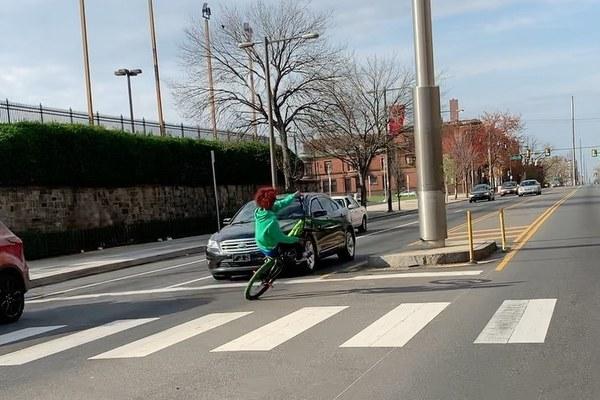 """Thiếu niên đạp xe """"bốc đầu"""" khiêu khích ô tô chạy ngược chiều"""