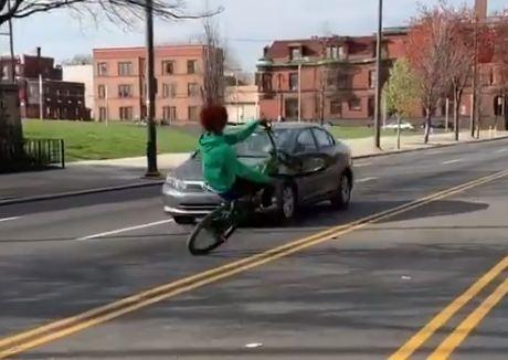 Thiếu niên đạp xe 'bốc đầu' khiêu khích ô tô chạy ngược chiều