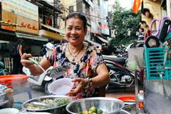 Quán ốc Hà Nội hút khách 30 năm dù chủ và phục vụ đều không thể nói