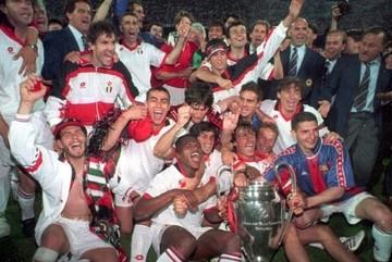 """Ngày này năm xưa: Milan """"nghiền nát"""" Barca, ẵm Cup C1"""