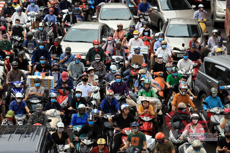 Dân bán bảo hiểm xe máy lãi hàng triệu đồng mỗi ngày