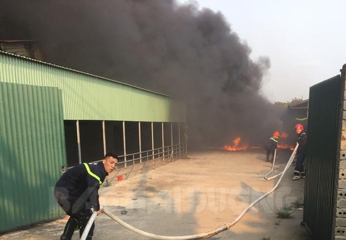 Cháy lớn xưởng sản xuất bật lửa 3.000 m2 ở Hải Dương