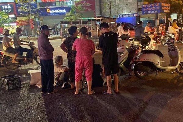 Va chạm với xe tải, bé trai 1 tuổi ngã vào gầm tử vong ở Hà Nội