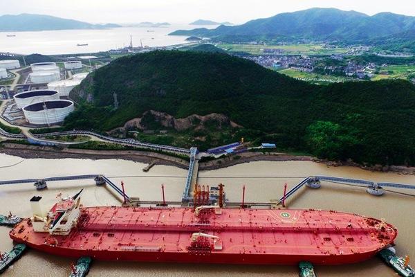 Hơn trăm tàu ùn ùn chở dầu thô siêu rẻ tới TQ