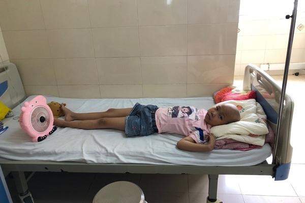 Mắc hai bệnh hiểm nghèo, bé gái học giỏi vẫn khao khát đến trường