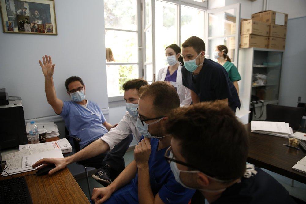 Chùm ảnh sinh viên bất chấp nguy hiểm tham gia cứu bệnh nhân Covid-19