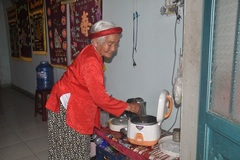 """Cụ bà 90 tuổi trả """"sổ nghèo"""", góp tiền chung tay chống dịch bệnh"""
