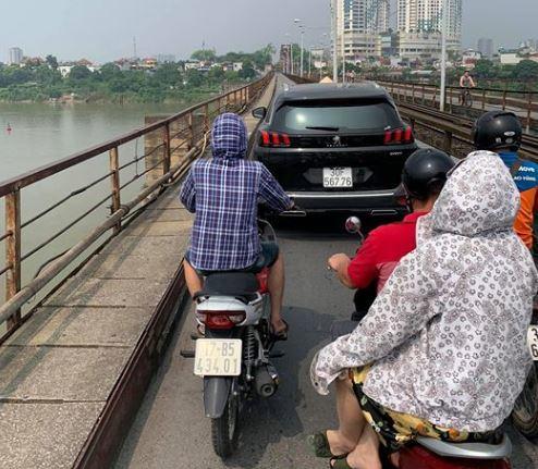 Mặc biển cấm, ô tô hồn nhiên chạy trên cầu Long Biên chiều nay