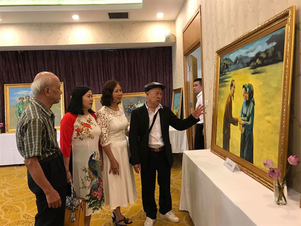 Painting exhibition shows respect to Uncle Ho