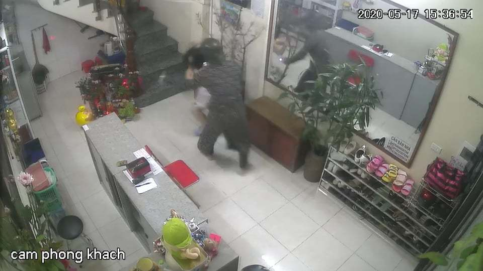 Truy tìm kẻ đánh tới tấp vào mặt nữ chủ tiệm nail ở Hà Nội