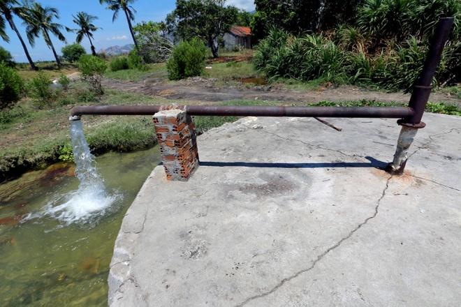 Mỏ nước khoáng nóng bỏ hoang hơn 20 năm thành nơi nhổ lông gà, vịt