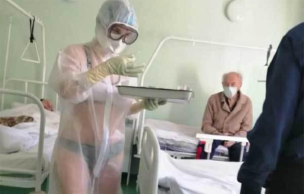Nga 'nổi bão' vì nữ y tá mặc bikini dưới bộ đồ bảo vệ