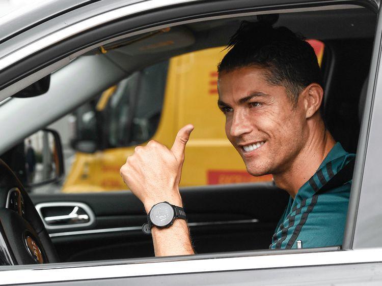 Ronaldo tươi rói đến sân tập Juventus sau 72 ngày 'trốn' Covid-19