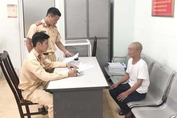 Người đàn ông 62 tuổi buông tay, nằm ngửa đánh võng xe máy ở Hà Nội
