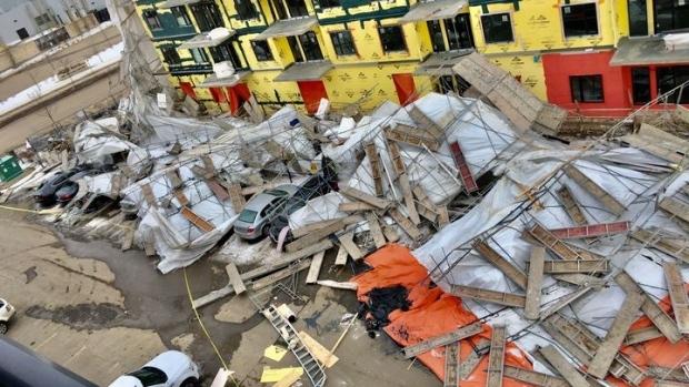 Giàn giáo bất ngờ đổ sập chôn vùi nhiều siêu xe trong đống đổ nát