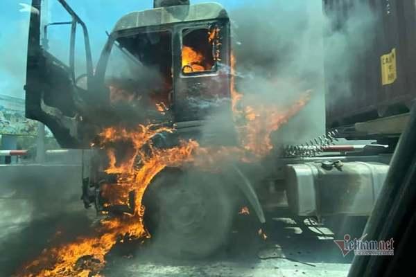 Xe container bốc cháy ngùn ngụt, lái xe đạp cửa thoát thân