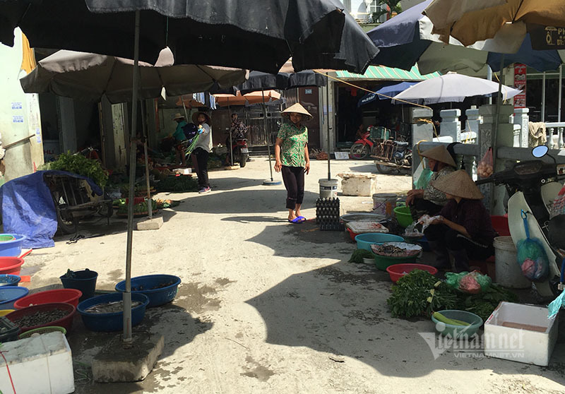 Nắng đổ lửa, chợ vắng tanh, hoa quả đắp chăn giữa trời 40 độ