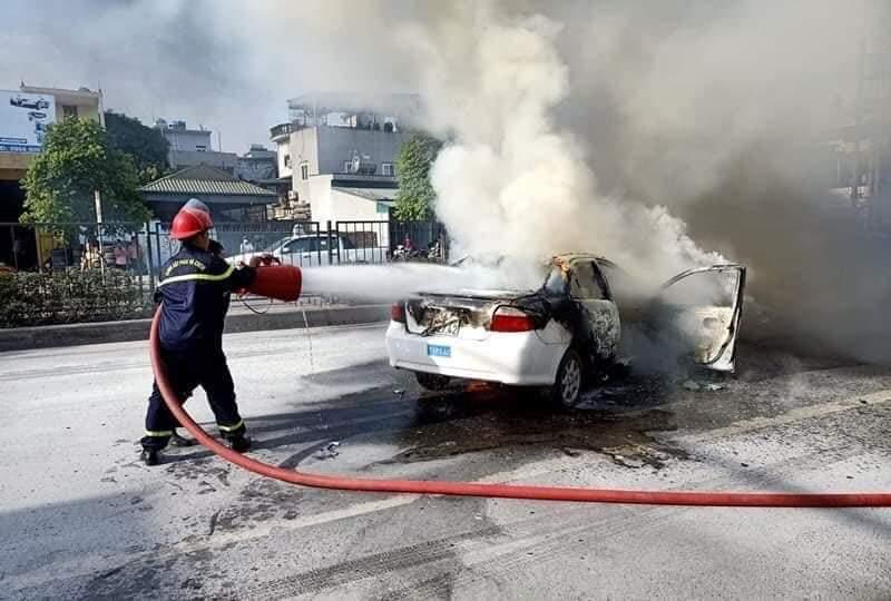 Xế hộp biển tập lái cháy ngùn ngụt trên quốc lộ ngày nắng đổ lửa