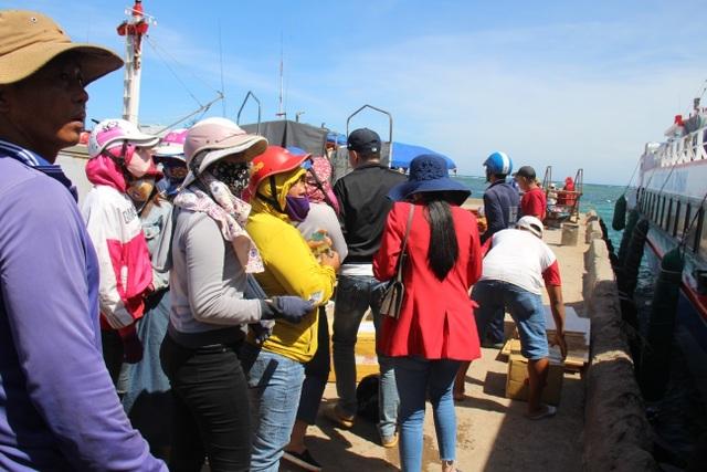 Quảng Ngãi: Du khách bị 'bao vây' khi vừa đặt chân đến đảo Lý Sơn