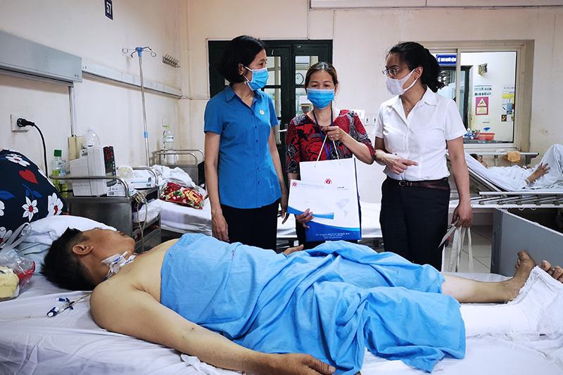 Công đoàn Thông tin & Truyền thông Việt Nam thăm hỏi, tặng quà 2 trường hợp khó khăn
