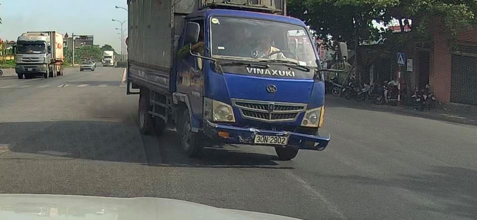 Xe tải 'phi' vào làn ngược chiều Quốc lộ 10 khiến loạt container khiếp vía