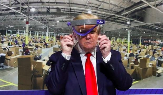 Lộ ảnh ông Trump lần đầu đeo khẩu trang