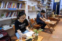 Thư viện miễn phí ở Hà Nội: Khách tự chọn sách, đồ uống