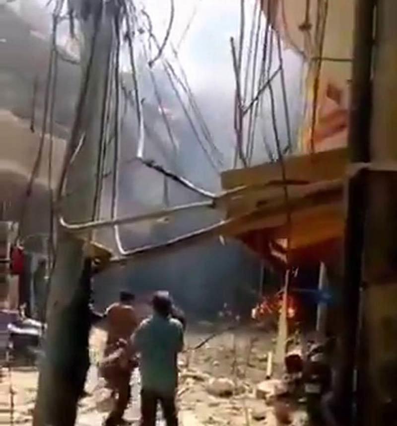Máy bay chở trăm khách rơi xuống nhà dân ở Pakistan