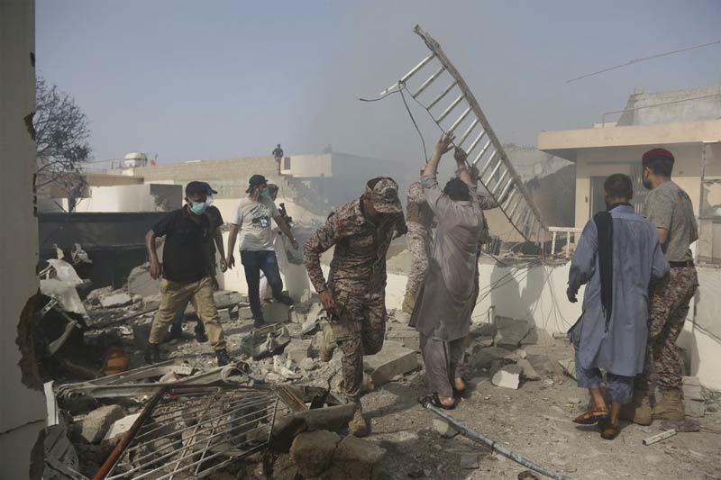 Hiện trường vụ rơi máy bay tan tành khiến 107 người chết ở Pakistan