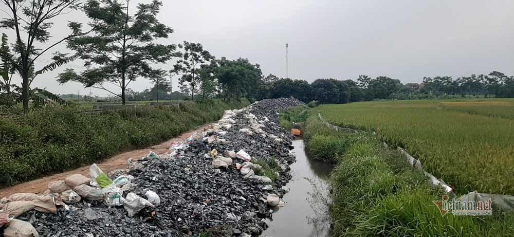 Hàng triệu màn hình tivi chất đống dọc đường ở Vĩnh Phúc