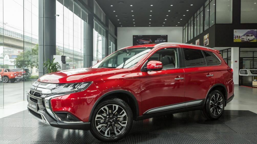 Đại lý ô tô khuyên khách hàng mua xe ngay kẻo sắp tăng giá