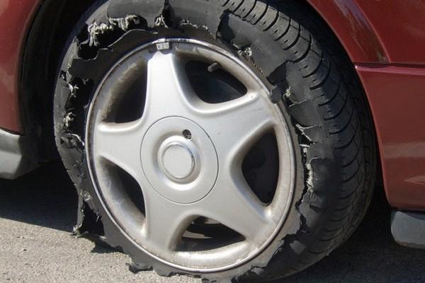 Làm thế nào để không bị nổ lốp ô tô giữa đường?