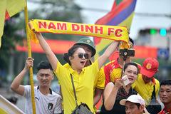 """CĐV Nam Định đại náo Thiên Trường, """"quây"""" đại bản doanh HAGL"""