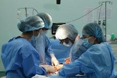 Bác sĩ kinh ngạc với bé trai chào đời có 6 vòng dây quấn chặt