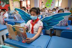 Học sinh Trung Quốc đeo đôi cánh tới trường để duy trì khoảng cách