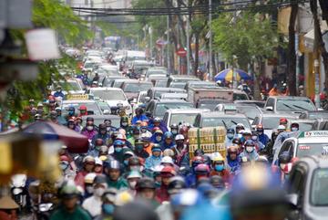 Mưa trắng trời kèm sấm chớp, đường Sài Gòn kẹt xuyên giờ cao điểm sáng