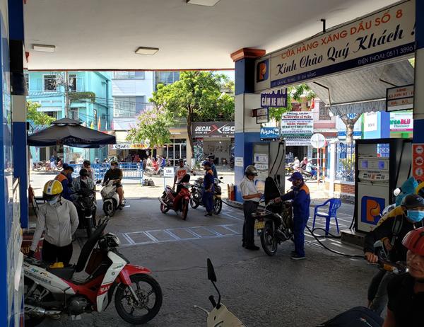 Giá dầu thế giới tăng, xăng dầu Việt Nam 'khởi sắc'