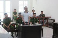 Vợ quỳ gối, con can ngăn, chồng vẫn vung dao dã man ở Hà Nội